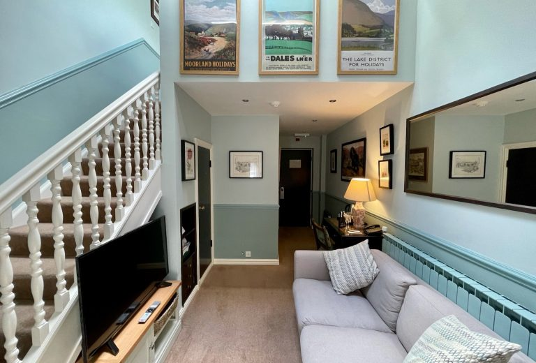 split level suite lounge green